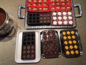 Chocoladevormen gevuld met verschillende vullingen, kokosvulling, pindakaasvulling, praliné vulling, melkchocolade vulling, avocaat vulling en caramel vulling